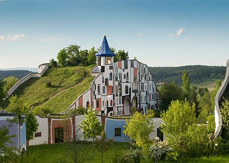 das Hundertwasser Haus in Blumau, begrüntes Dach, Dachbegrünung